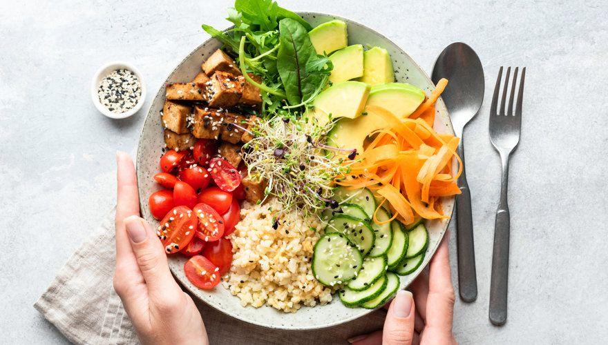 Wiosenne surówki z warzyw i owoców